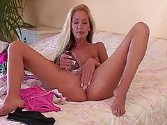 girls butts , Suzanna fucks her cell phone